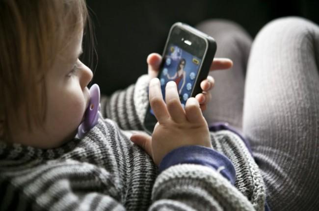 Одрастање уз екране мења неуронске склопове у мозгу